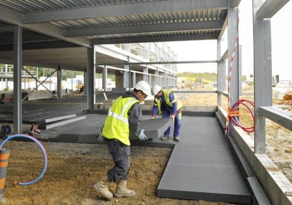 Chantier d'isolation sous dallage de bâtiment industriel avec panneau isolant en polystyrène expansé Maxissimo®